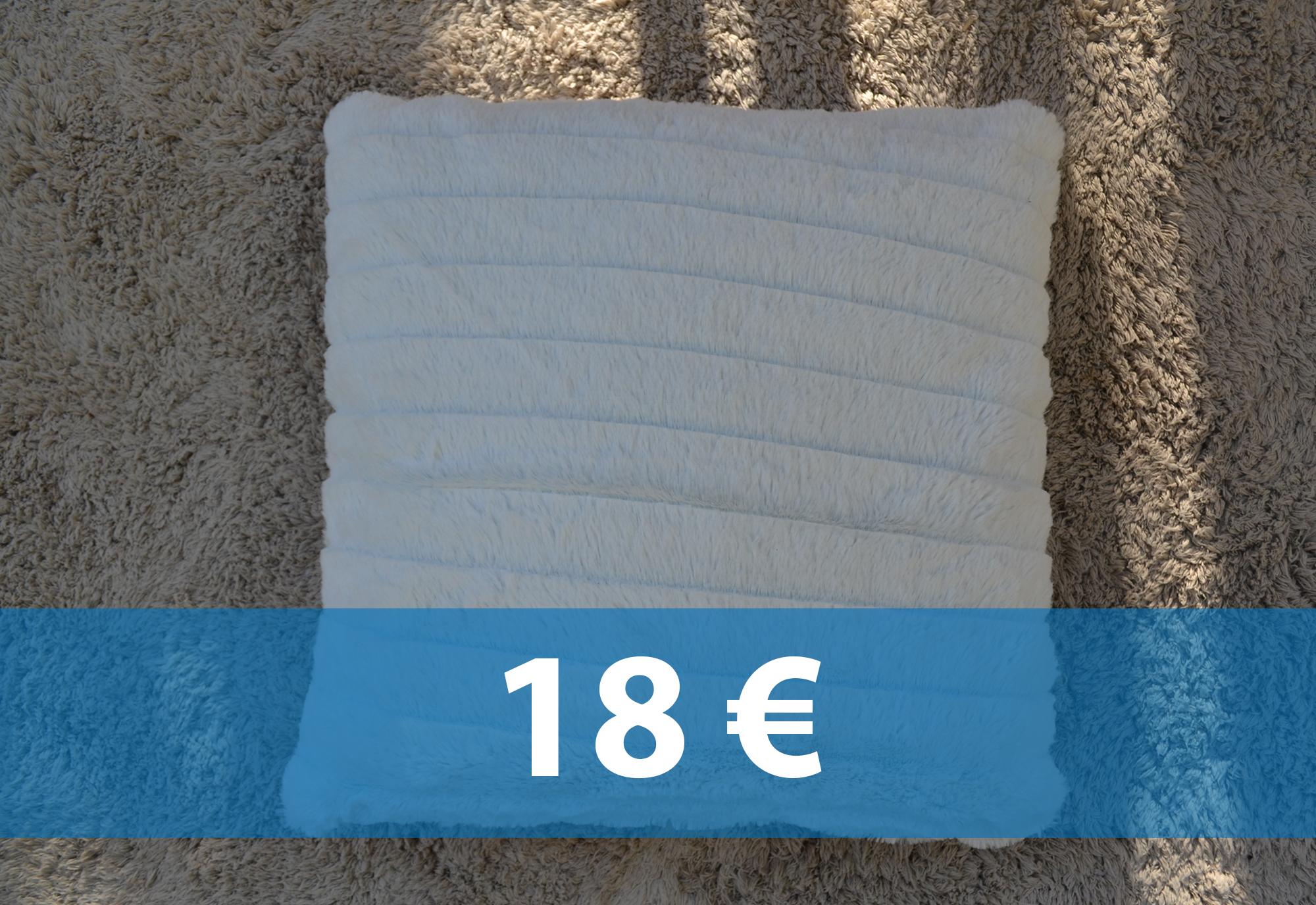 coussin blanc cass fourrure robette meubles. Black Bedroom Furniture Sets. Home Design Ideas